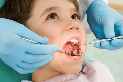 Cần nhổ răng sữa để răng vĩnh viễn không bị mọc lêch lạc
